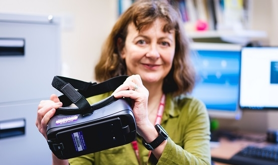 Nesta Reeve, Consultant Clinical Psychologist with NSFT and Clinical Lead for the Wellbeing service demonstrates the VR equipment